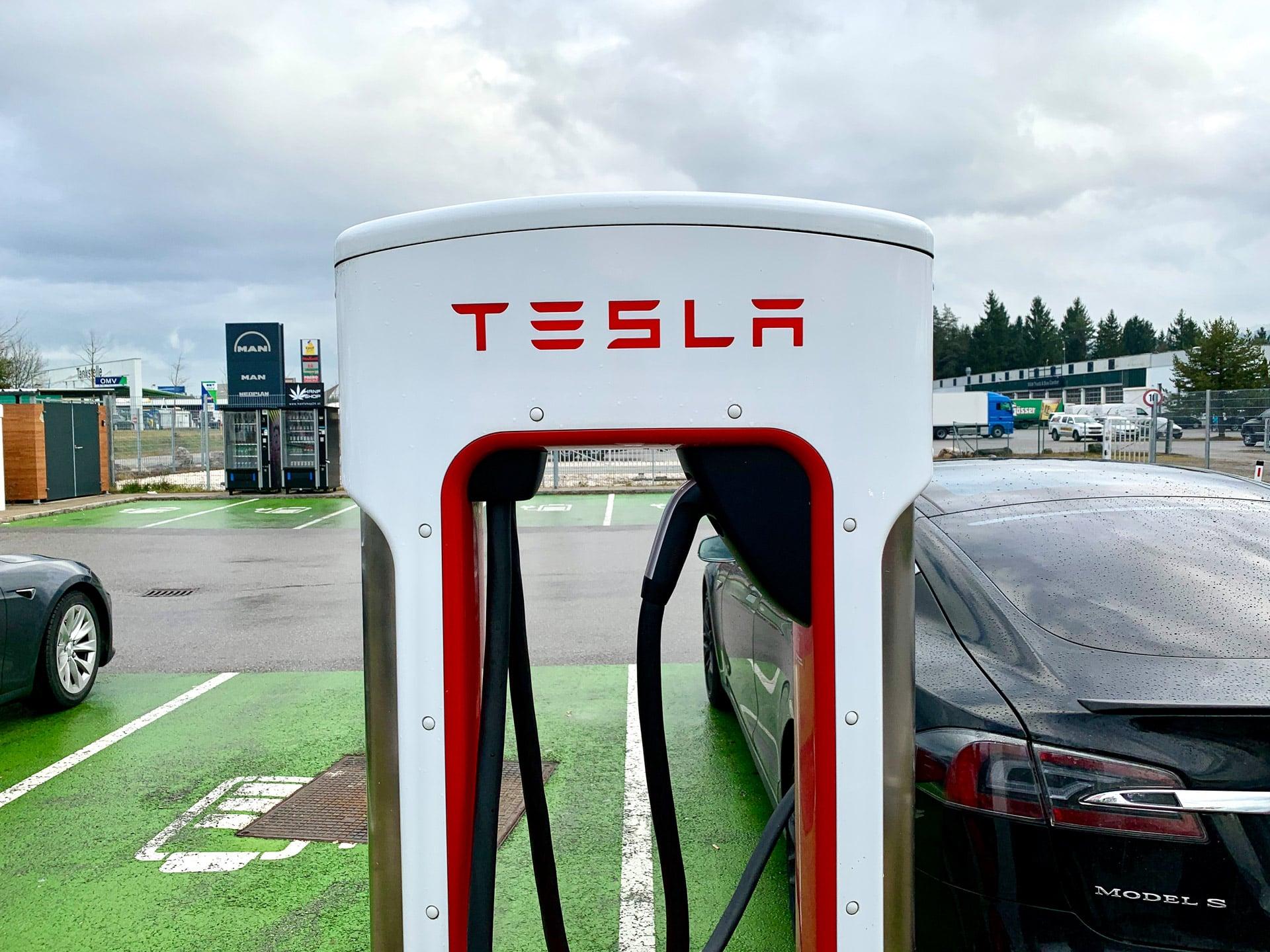 Tesla Supercharger Ladestation in Villach, Kärnten Österreich